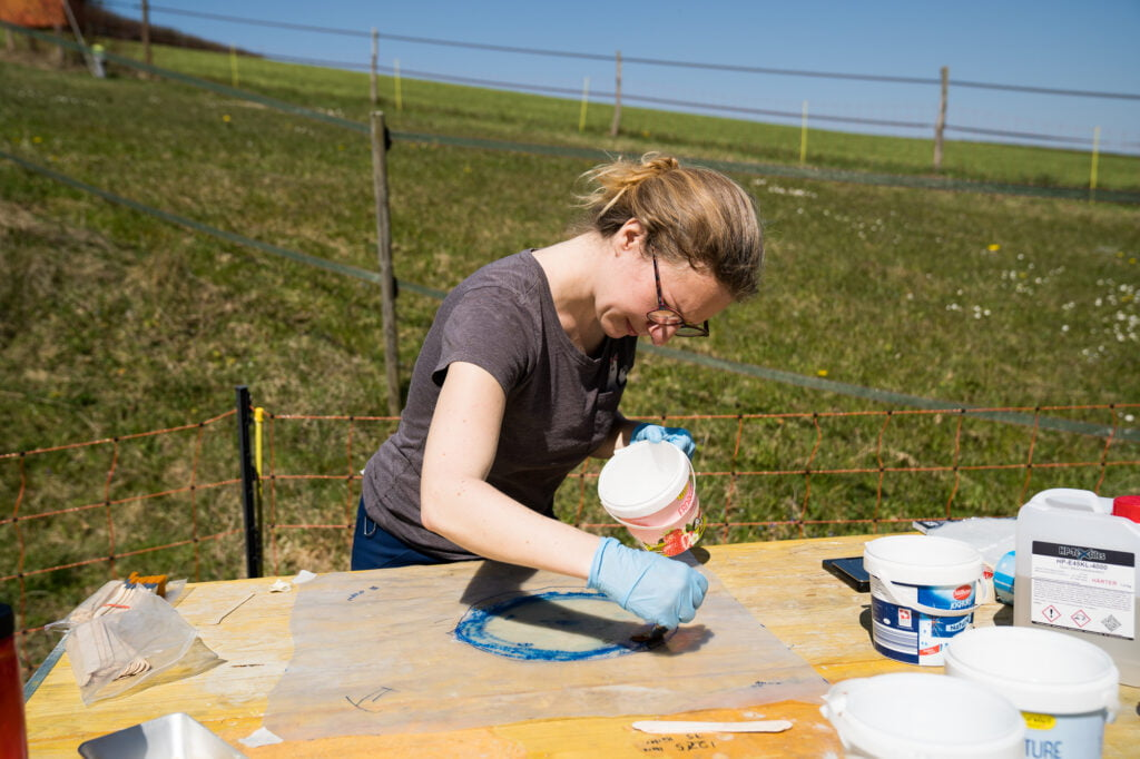 Glasmatten und Harz auf Folie bereit machen
