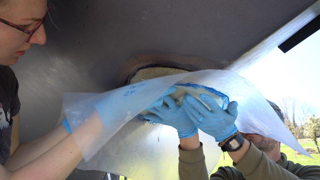 Glasfaser mithilfe einer Plastikfolie aufbringen